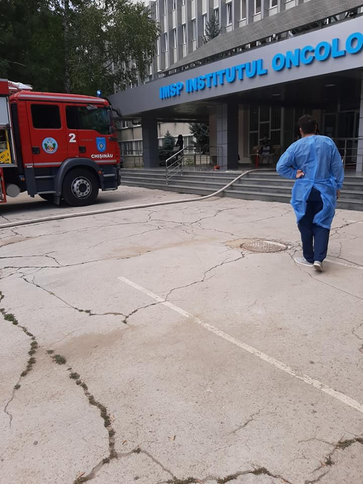 Incendiu la Institutul Oncologic din Capitală. Patru echipaje de pompieri, la faţa locului (FOTO)