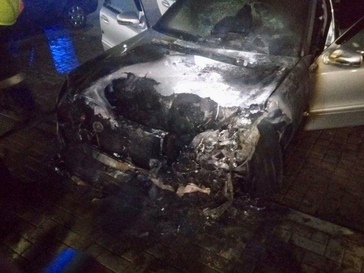 Noapte fierbinte la Bălţi. Două maşini au fost mistuite de flăcări, iar altele două au fost ţintele unor tentative de incendiere (FOTO)
