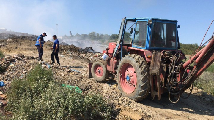 A treia zi de luptă cu flăcările pe teritoriul gunoiştii de la Țânțăreni. 47 de pompieri și salvatori, mobilizaţi pentru lichidarea arderii (VIDEO)