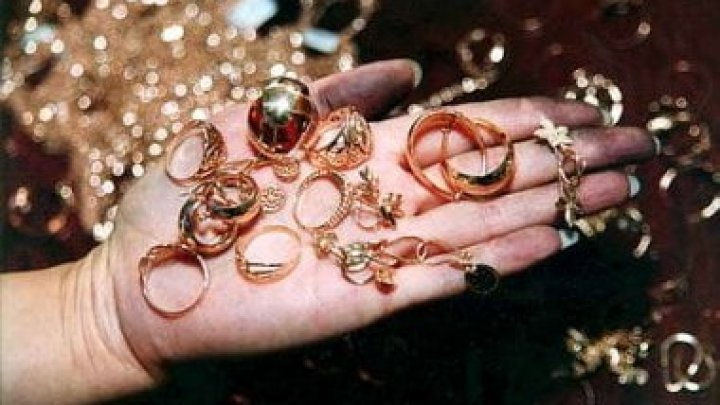 Contrabandă cu bijuterii şi pietre preţioase. Directorul unei întreprinderi de stat şi şapte agenţi economici, implicate în schemă