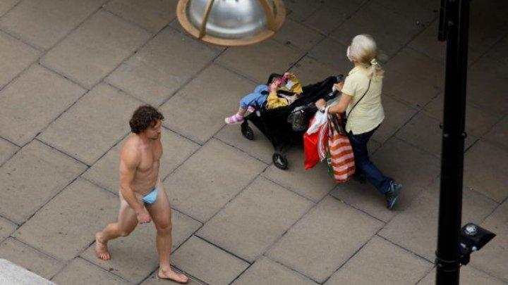 Imagini revoltătoare: Un bărbat, surpins la plimbare în pielea goală, dar cu o mască