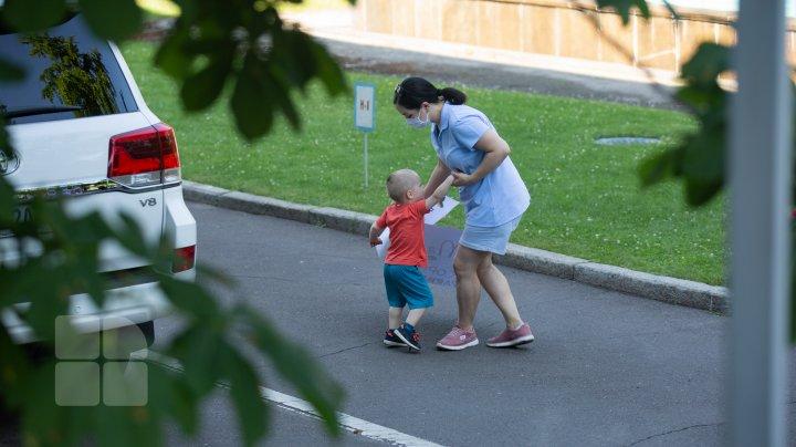 Un grup de mame a PROTESTAT la Guvern şi a cerut redeschiderea grădiniţelor. Acestea au AMENINŢAT că se vor adresa în instanţă