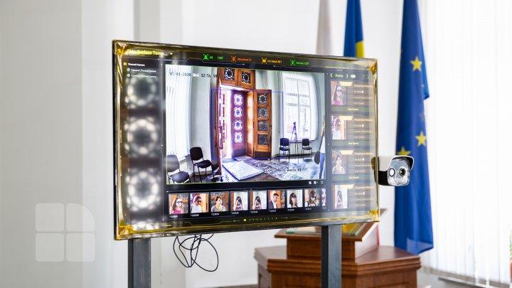 Primăria, în pas cu tehnologia. La intrarea în instituție a fost instalat un termoscaner, care înregistrează temperatura corpului (FOTO)