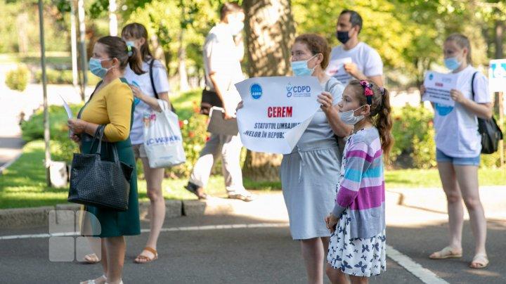 Li s-a sugerat să-şi transfere copiii cu deficienţe de auz în şcoli obişnuite. Mai mulţi părinţi au protestat în faţa Guvernului (FOTOREPORT)