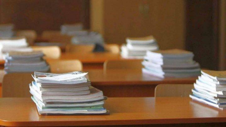 Votat în lectură finală: Elevii din învățământul general obligatoriu vor fi asigurați gratuit cu manuale școlare