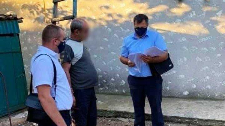 Un bărbat din Cahul, prins în timp ce lua 500 de euro pentru un permis de conducere