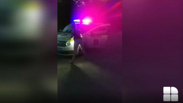 IMAGINI VIRALE. Două tinere, surprinse în timp ce dansează INCENDIAR sub lumina GIROFARELOR unei maşini de poliţie (VIDEO)