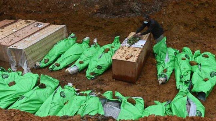 Imagini terifiante! Zeci de mineri, îngropaţi într-o groapă comună după ce un versant s-a prăbușit peste ei