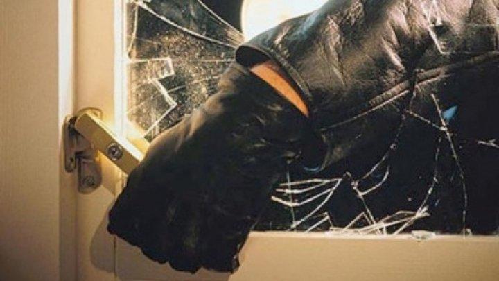 Poliţiştii au reţinut doi suspecţi de comiterea un jaf în raionul Cahul. Alţi doi sunt căutaţi