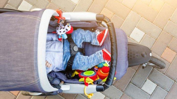 Un bărbat şi-a abandonat bebelușul în parcarea unui magazin după ce s-a certat cu mama acestuia