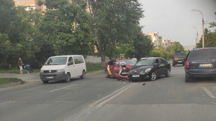 Accident grav în Capitală, cu implicarea unei maşini de taxi. Ambulanţa, la faţa locului (FOTO)