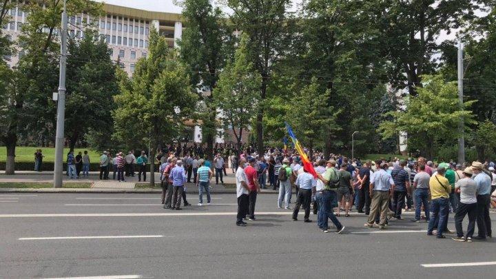 Veteranii au blocat circulaţia pe bulevardul Ştefan cel Mare (FOTO)