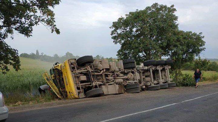 Un camion s-a răsturnat într-o curbă în raionul Drochia