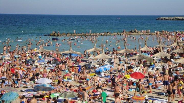 ROMÂNII AU UITAT DE PANDEMIE: O sută de mii de turişti s-au odihnit pe plaje