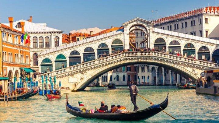 Numărul de turiști care se pot plimba cu gondolele pe canalele din Veneția a fost redus