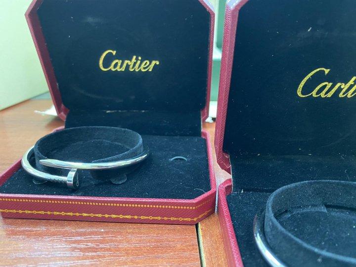 Ceasuri Rolex şi brăţări Cartier nedeclarate, găsite de vameşi în cabina unui autocamion (FOTO)