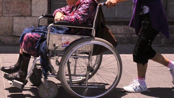 O moldoveancă, reţinută de poliţişti pentru că ar fi violat o femeie de 84 de ani pe care o îngrijea