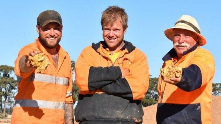 Au dat lovitura! Doi căutători de aur din Australia au găsit două pepite uriașe