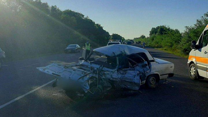 ACCIDENT CUMPLIT pe șoseaua Chișinău-Ungheni din cauza unui șofer care mergea pe contrasens. Un bărbat a murit (FOTO)