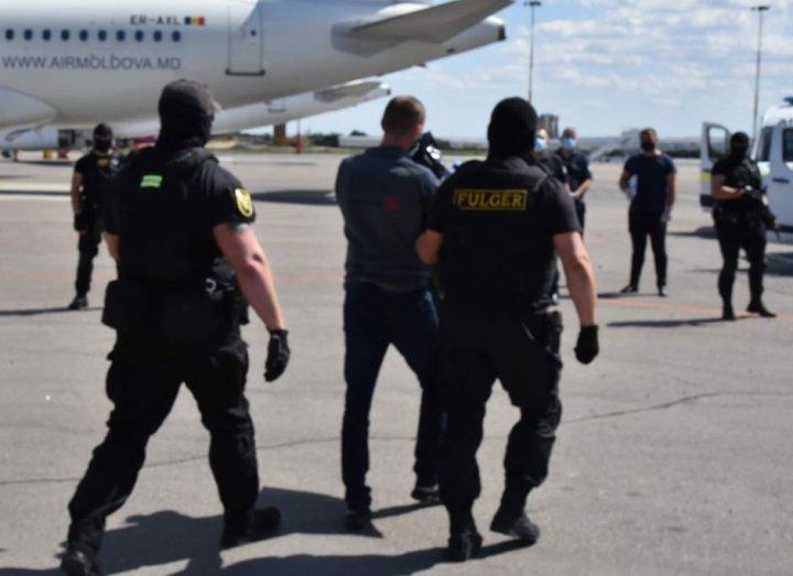 Șapte bărbați, aflați în căutare internațională pentru săvârșirea diferitor infracțiuni, extrădați în Republica Moldova (FOTO)
