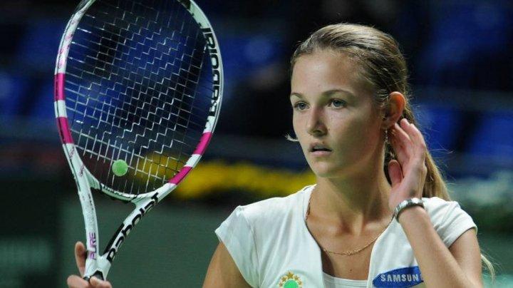 Tenismena Anna Kalinskaia jonglează concomitent cu două mingi şi o rachetă
