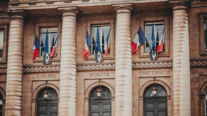 Franța: Statele UE care încalcă libertatea presei și egalitatea în drepturi nu trebuie să nu primească fonduri europene