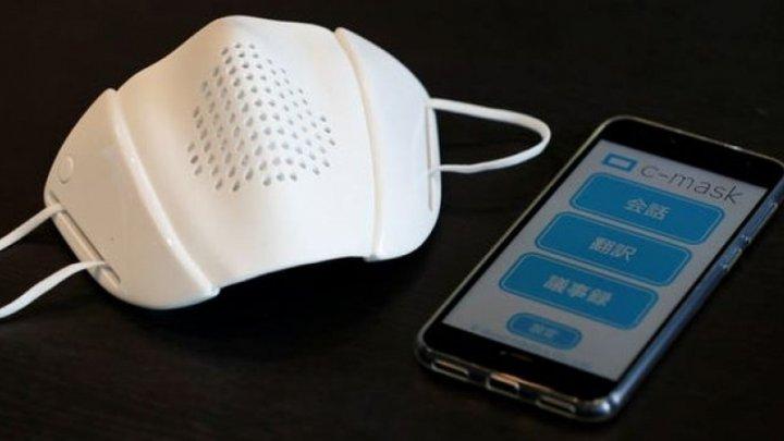 Japonezii au inventat masca inteligentă care traduce în opt limbi