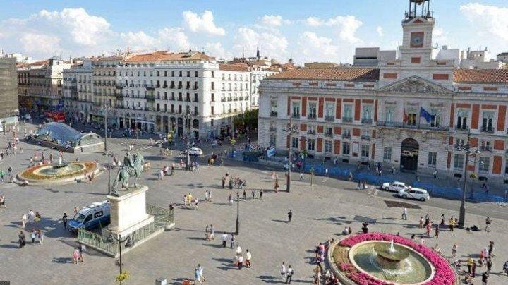 Piața Puerta del Sol din centrul Madridului, transformată într-o imensă zonă pietonală. Care este motivul