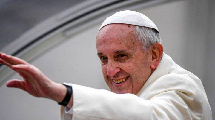 Papa Francisc îşi reia audienţele generale în prezenţa publicului