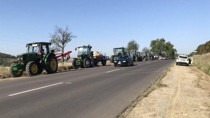 UPDATE. Zeci de agricultori din sudul ţării au pornit spre Capitală pentru a organiza un protest de amploare (VIDEO)