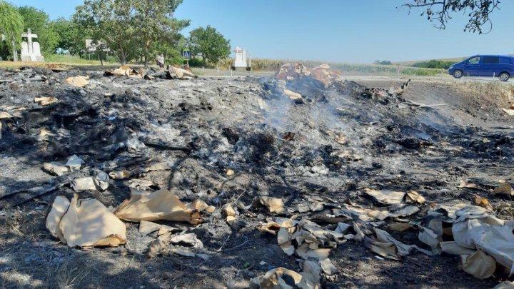 Imagini dezolante pe şoseaua Chişinău-Soroca, unde trei camioane au fost făcute scrum. Focul mocneşte şi la două zile de la tragedie (FOTO/VIDEO)