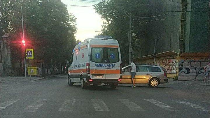 Accident cu implicarea ambulanței pe strada București