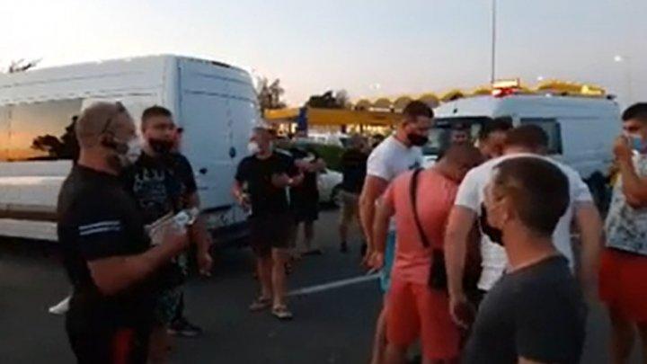Asociaţiile de transportatori auto condamnă protestul de la trecerea frontierie Leuşeni
