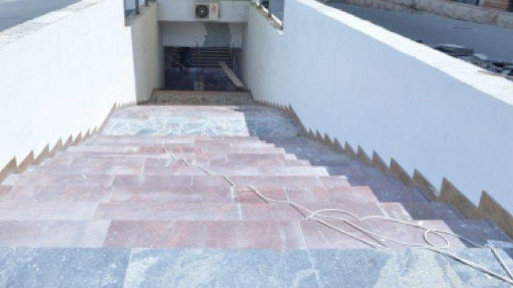 """""""E făcut pentru pitici"""". O imagine surprinsă în pasajul subteran de pe strada Alecu Russo din Capitală a stârnit nemulțumiri din partea internauților"""