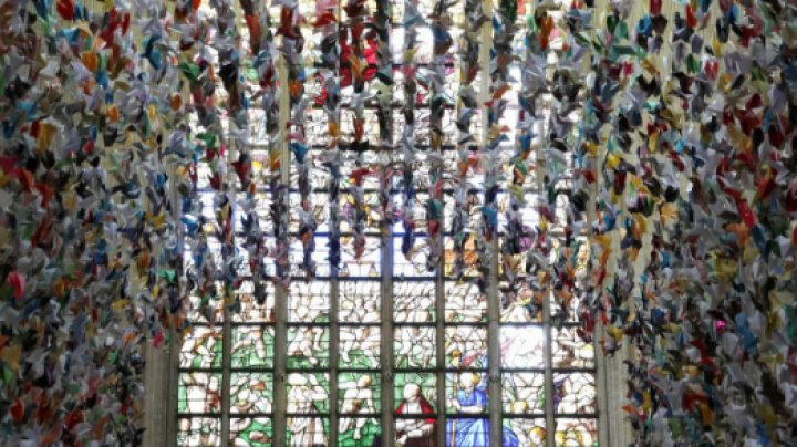 Peste 20.000 de păsări din hârtie, parte a unei campanii de strângere de fonduri împotriva COVID-19