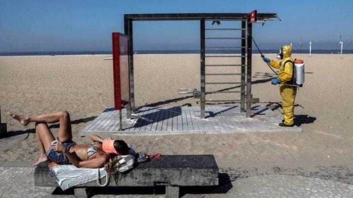 Brazilienii revin pe plaje. În Rio de Janeiro oamenii pot sta doar în zone marcate