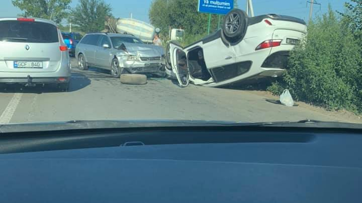 ACCIDENT GRAV pe șoseaua Chișinău-Vadul lui Vodă. O mașină S-A RĂSTURNAT, iar șoferii au fost transportați la spital