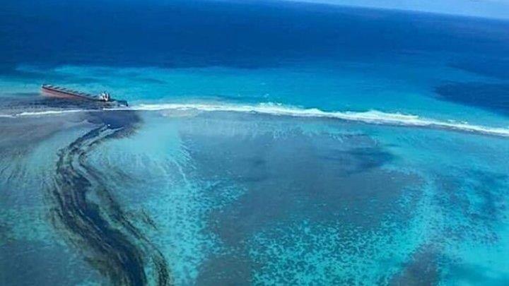 Dezastru ecologic în Mauritius. Un vas pierde combustibil deasupra barierei de corali