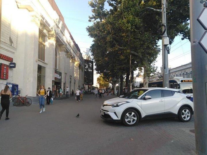 """""""Gospodari"""", dar nu la ei acasă. Doi bărbați, surprinși cum încearcă să amenajeze o parcare neautorizată lângă un bloc din Capitală (FOTO/VIDEO)"""