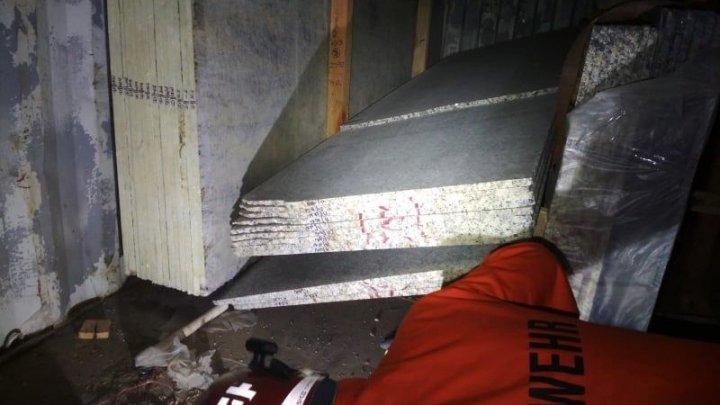 TRAGEDIE la Bălți. Un bărbat a murit, iar alți doi au fost răniți, după ce peste ei au căzut câteva plăci din granit (VIDEO)