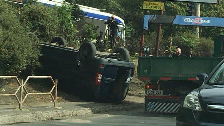 Accident violent pe strada Petricani. Un automobil s-a răsturnat pe drum