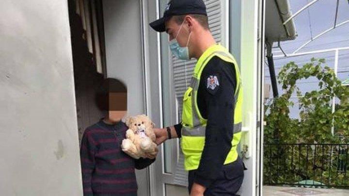 Un copil rătăcit în ploaie la Cimișlia a fost ajutat de polițiști să revină acasă