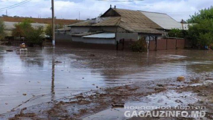 Potop în Găgăuzia. Zeci de case din Comrat au fost distruse de puhoaie