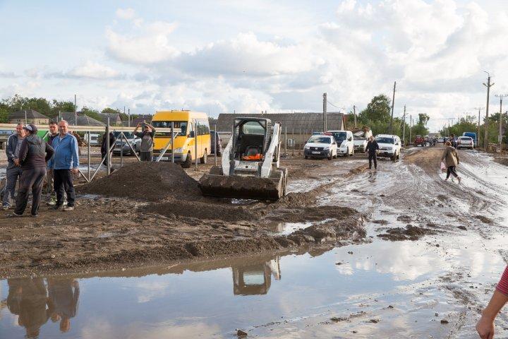 Premierul Ion Chicu a efectuat o vizită în orașul Comrat, afectat de inundații. Mai multe familii, evacuate din propriile case (FOTO)