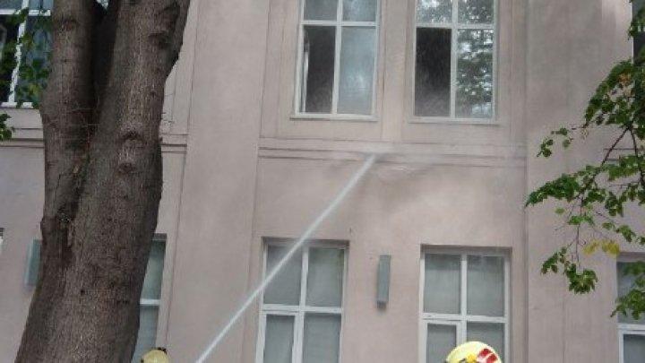 Incendiul de la Filarmonică ia amploare. Un local din preajmă a fost cuprins de flăcări (FOTO)