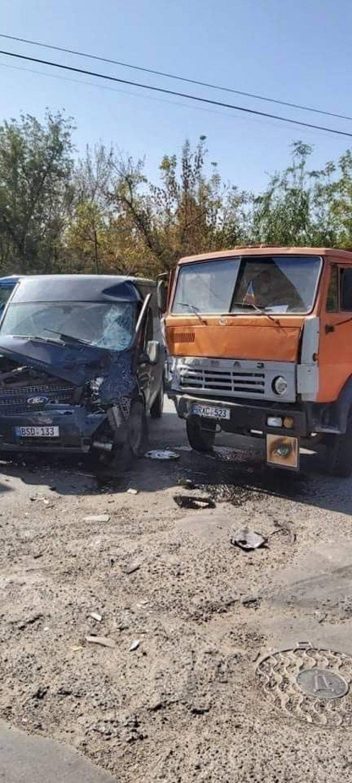 Un camion și un microbuz s-au izbit violent. Șoferii au avut nevoie de îngrijiri medicale