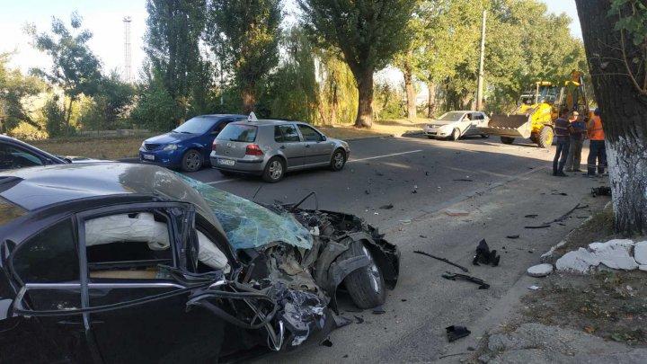 Accident VIOLENT pe strada Muncești. Un BMW făcut zob, după ce s-a ciocnit cu un excavator (FOTO)