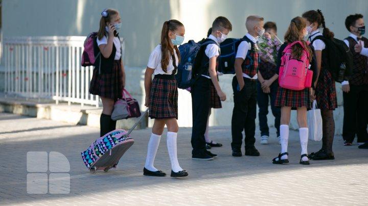 Zeci de copii și profesori s-au îmbolnăvit de COVID-19 după redeschiderea școlilor și grădinițelor