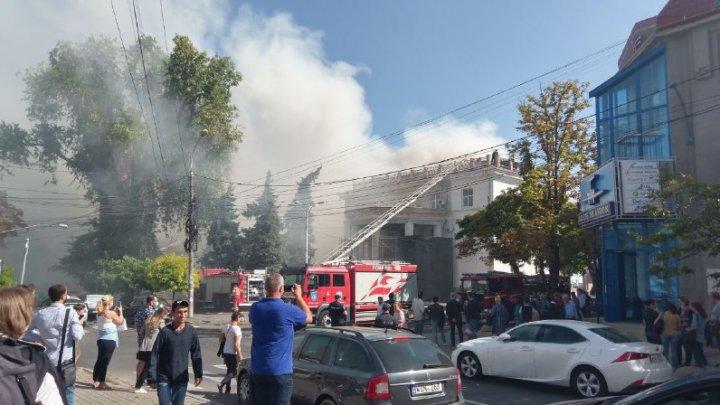 INCENDIU DE PROPORȚII la Filarmonică. Opt echipaje ale pompierilor, la fața locului (VIDEO/FOTO)