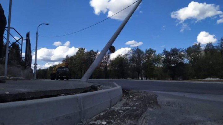 PERICOL pe strada Albișoara. Un stâlp ar putea să cadă pe carosabil în orice moment (FOTO)